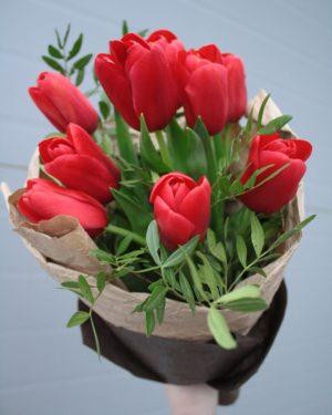 Стильный букет красных тюльпанов