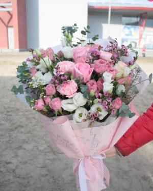 Нежный букет из пионовидных роз