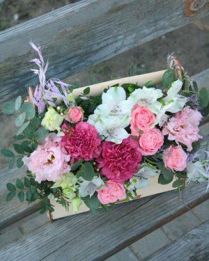 Пионовидные розы в ящике