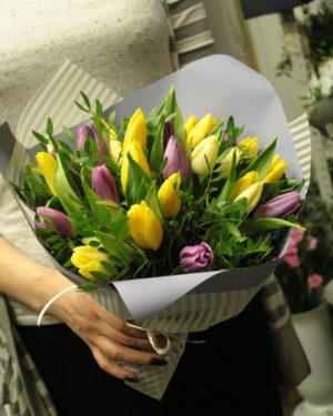 Букет тюльпанов с зеленью