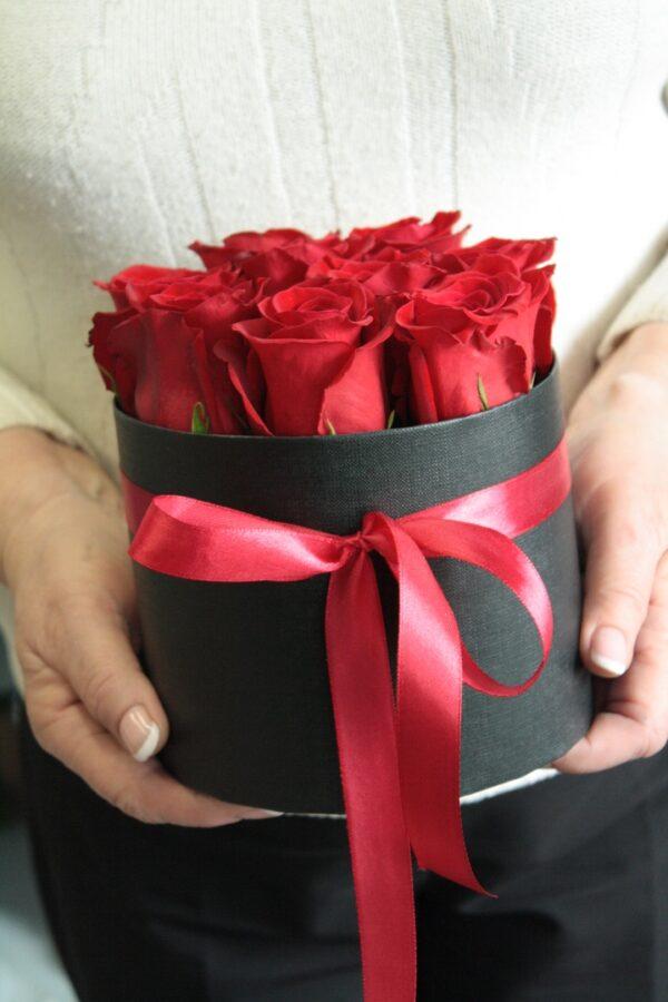 Розы в черной коробке