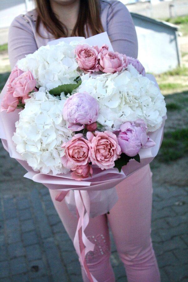 Букет из пионов, гортензии и пионовидных роз