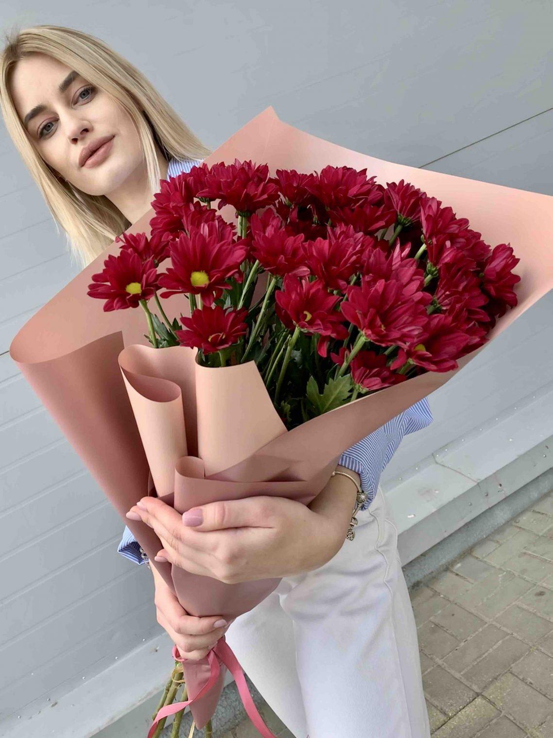 Букет красных хризантем