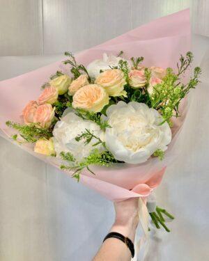 Букет из пионов и кустовых роз
